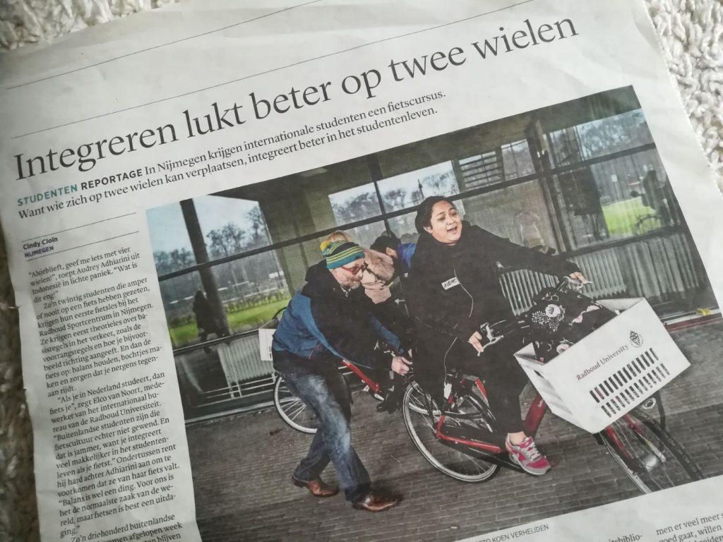 Buitenlandse studenten krijgen fietsles in Nijmegen