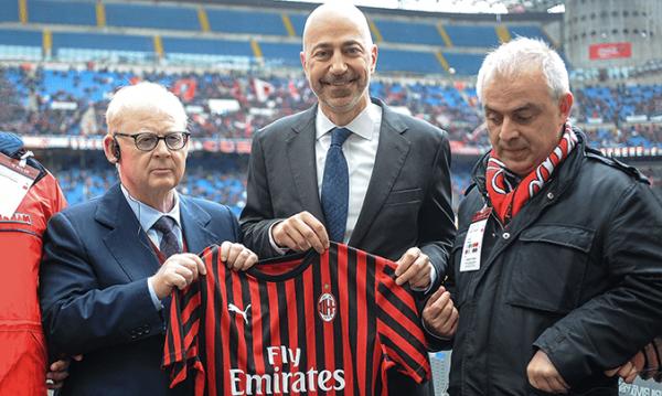 Presentatie van het initiatief in stadion San Siro door Milan-president Gazidis (midden) en de president van het Milanese Blindeninstituut (links)