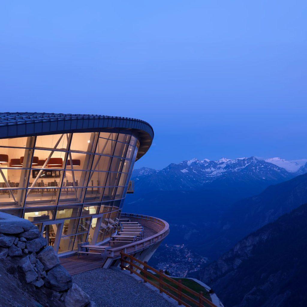 Het derde station van de Skyway kabelbaan op met uitzicht over de berg