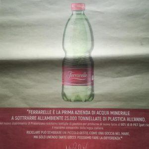 Een advertentie van Ferrarelle in een Italiaans dagblad waarin het verkondigt het eerste mineraalwaterbedrijf te zijn dat jaarlijks 23.000 ton plastic aan het milieu onttrekt