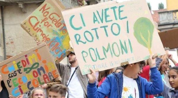 Klimaatprotest van Italiaanse leerlingen die protestborden omhoog houden