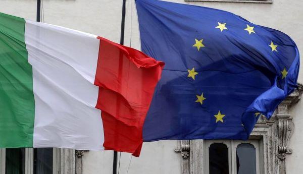 De Italiaanse en de Europese vlag wapperen naast elkaar