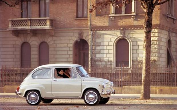 Het laatst geproduceerde model van de Fiat 600 rijdt door een Italiaanse straat